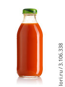 Купить «Бутылка  морковного сока на  белом  фоне», фото № 3106338, снято 17 ноября 2018 г. (c) Николай Охитин / Фотобанк Лори
