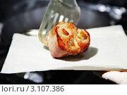 Жирное мясо выкладывается на салфетку. Стоковое фото, фотограф Сергей Павлов / Фотобанк Лори