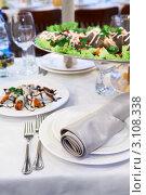 Купить «Красиво украшенный обеденный стол в ресторане», фото № 3108338, снято 29 декабря 2011 г. (c) Кекяляйнен Андрей / Фотобанк Лори