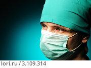 Портрет медицинского работника в одноразовой маске на синем фоне. Стоковое фото, фотограф Николай Охитин / Фотобанк Лори