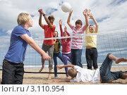 Купить «Подростки играют в волейбол на пляже», фото № 3110954, снято 25 августа 2010 г. (c) Monkey Business Images / Фотобанк Лори