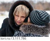 Купить «Девочка рассказывает маме на ушко секрет», эксклюзивное фото № 3111786, снято 2 января 2012 г. (c) Игорь Низов / Фотобанк Лори