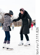 Купить «Счастливая семья.Мама учит дочку кататься на коньках», эксклюзивное фото № 3111826, снято 2 января 2012 г. (c) Игорь Низов / Фотобанк Лори