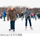 Купить «Девочка и мальчик катаются на коньках», эксклюзивное фото № 3111886, снято 3 января 2012 г. (c) Игорь Низов / Фотобанк Лори