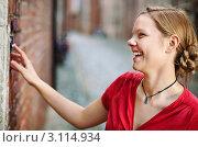 Купить «Смеющаяся девушка звонит в дверной звонок», фото № 3114934, снято 27 ноября 2011 г. (c) Михаил Лавренов / Фотобанк Лори