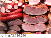 Купить «Мясные и колбасные изделия на витрине на рынке», фото № 3116246, снято 22 ноября 2011 г. (c) Яков Филимонов / Фотобанк Лори