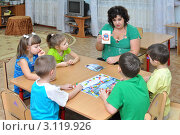 Купить «Воспитатель занимается с детьми», эксклюзивное фото № 3119926, снято 13 января 2011 г. (c) Вячеслав Палес / Фотобанк Лори