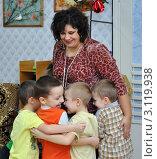 Купить «Дети обнимают воспитателя», эксклюзивное фото № 3119938, снято 13 января 2011 г. (c) Вячеслав Палес / Фотобанк Лори