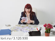 Купить «Деловая женщина с крупной суммой денег на столе», фото № 3120930, снято 5 июня 2011 г. (c) Сергей Дубров / Фотобанк Лори