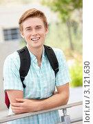 Купить «Портрет молодого парня с рюкзаком за плечами», фото № 3121630, снято 13 мая 2011 г. (c) Monkey Business Images / Фотобанк Лори
