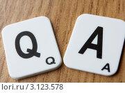 Две квадратные таблички - с буквами Q и А. Стоковое фото, фотограф Monkey Business Images / Фотобанк Лори