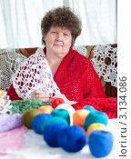 Купить «Женщина вяжет крючком шаль», фото № 3134086, снято 5 февраля 2000 г. (c) Володина Ольга / Фотобанк Лори