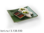 Азиатская кухня. Китайский ролл с соусом. Стоковое фото, фотограф Дина Гордиенко / Фотобанк Лори