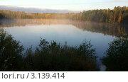 Купить «Утренний туман над осенним озером», видеоролик № 3139414, снято 6 января 2012 г. (c) Павел С. / Фотобанк Лори