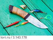Купить «Рыбацкий нож и рыболовные снасти на дощатом столе», эксклюзивное фото № 3143178, снято 6 июля 2011 г. (c) Александр Щепин / Фотобанк Лори