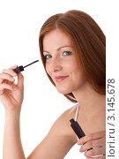 Купить «Портрет улыбающейся рыжеволосой женщины с тушью для ресниц», фото № 3145678, снято 20 марта 2009 г. (c) CandyBox Images / Фотобанк Лори