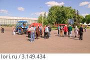 Купить «Туристы на территории ВВЦ», эксклюзивное фото № 3149434, снято 24 мая 2011 г. (c) Алёшина Оксана / Фотобанк Лори