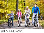 Купить «Семья с детьми на велосипедах», фото № 3149454, снято 8 октября 2011 г. (c) Raev Denis / Фотобанк Лори