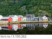 Старые деревянные дома на берегу пруда у подножия горы. Лаэрдал (Laerdal), Норвегия (2011 год). Стоковое фото, фотограф Егор Архипов / Фотобанк Лори