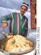 Узбек готовит узбекский плов (2007 год). Редакционное фото, фотограф Мударисов Вадим / Фотобанк Лори