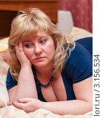 Купить «Грустная задумчивая светловолосая женщина средних лет лежит на диване», эксклюзивное фото № 3156534, снято 1 января 2012 г. (c) Игорь Низов / Фотобанк Лори