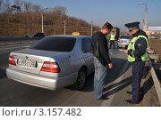 Купить «Инспектор ДПС проверяет документы у таксиста», эксклюзивное фото № 3157482, снято 14 октября 2011 г. (c) Free Wind / Фотобанк Лори