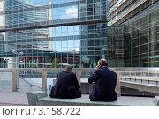 Купить «Офисные работники международного центра на улице возле здания в Вене», фото № 3158722, снято 14 сентября 2011 г. (c) Юрий Синицын / Фотобанк Лори