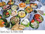 Много еды на праздничном столе. Стоковое фото, фотограф Федор Королевский / Фотобанк Лори