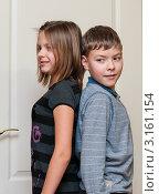 Купить «Кто выше.Девочка с мальчиком стоят спиной к друг другу.», эксклюзивное фото № 3161154, снято 7 января 2012 г. (c) Игорь Низов / Фотобанк Лори