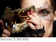 Купить «Женщина с карнавальной маской у лица», фото № 3161910, снято 15 декабря 2011 г. (c) Serg Zastavkin / Фотобанк Лори