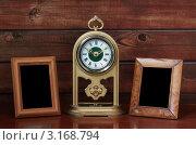 Купить «Старые рамки и античные часы на фоне деревянной стены», фото № 3168794, снято 13 июля 2010 г. (c) vlntn / Фотобанк Лори