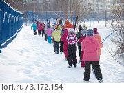 Купить «Дети с лыжами идут на урок физкультуры», эксклюзивное фото № 3172154, снято 18 января 2012 г. (c) Володина Ольга / Фотобанк Лори
