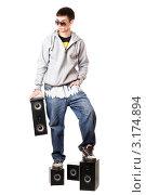 Купить «Молодой парень стоит на колонках и держит одну в руках», фото № 3174894, снято 5 февраля 2010 г. (c) Сергей Сухоруков / Фотобанк Лори