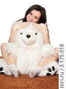 Купить «Счастливая брюнетка обнимается с игрушечным медведем», фото № 3175018, снято 3 марта 2010 г. (c) Сергей Сухоруков / Фотобанк Лори