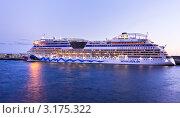 Купить «Круизный трансатлантический лайнер Аида в порту Фуншала у берегов острова Мадейры», эксклюзивное фото № 3175322, снято 22 декабря 2011 г. (c) Виктория Катьянова / Фотобанк Лори