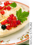 Песочные корзиночки с кремом и ягодами красной смородины. Стоковое фото, фотограф ElenArt / Фотобанк Лори