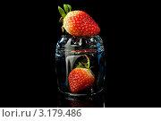 Клубника в стакане на черном фоне. Стоковое фото, фотограф Анастасия Егоньян / Фотобанк Лори