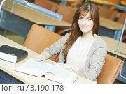 Купить «Девушка занимается в читальном зале библиотеки», фото № 3190178, снято 17 декабря 2018 г. (c) Дмитрий Калиновский / Фотобанк Лори