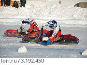 Купить «Зимние мотогонки по ледяной дорожке- два спортсмена поворачивают с большим наклоном на колено», фото № 3192450, снято 27 января 2012 г. (c) Валерий Краснов / Фотобанк Лори