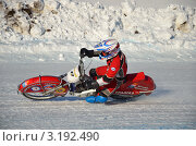Купить «Мотогонки по льду, поворот с большим наклоном мотоцикла», фото № 3192490, снято 27 января 2012 г. (c) Валерий Краснов / Фотобанк Лори