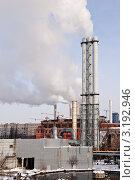 Купить «Промышленные трубы с обильным выбросом дыма в центре большого города. Загрязнение окружающей среды.», фото № 3192946, снято 26 января 2012 г. (c) Александр Куличенко / Фотобанк Лори