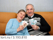 Бабушка и дедушка держат в руках купюры. Стоковое фото, фотограф Куликова Вероника / Фотобанк Лори
