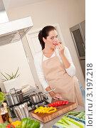 Купить «Счастливая девушка кушает болгарский перец на кухне», фото № 3197218, снято 21 октября 2009 г. (c) CandyBox Images / Фотобанк Лори