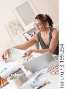 Купить «Счастливая дизайнер интерьера с палитрой цветов и ноутбуком в офисе», фото № 3199254, снято 16 ноября 2009 г. (c) CandyBox Images / Фотобанк Лори
