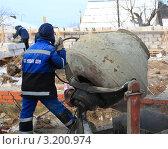 Купить «Рабочий рядом с бетономешалкой на фоне частного строительства», фото № 3200974, снято 28 января 2012 г. (c) Анатолий Матвейчук / Фотобанк Лори