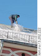 Купить «Зима. Рабочий сбрасывает снег с крыши», эксклюзивное фото № 3202222, снято 30 января 2012 г. (c) Сергей Соболев / Фотобанк Лори