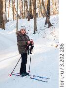 Мальчик лыжник стоит на фоне красивого зимнего пейзажа (2012 год). Редакционное фото, фотограф Игорь Низов / Фотобанк Лори
