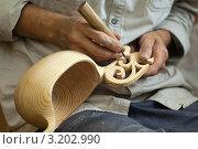 Купить «Резчик по дереву вырезает декоративный ковш», фото № 3202990, снято 2 августа 2011 г. (c) Антон Балаж / Фотобанк Лори