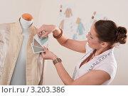 Купить «Женщина модельер работает в студии по пошиву одежды, манекен», фото № 3203386, снято 21 ноября 2009 г. (c) CandyBox Images / Фотобанк Лори