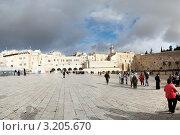 Купить «Израиль, Иерусалим. Туристы у стены плача», фото № 3205670, снято 9 декабря 2011 г. (c) Игорь Дашко / Фотобанк Лори